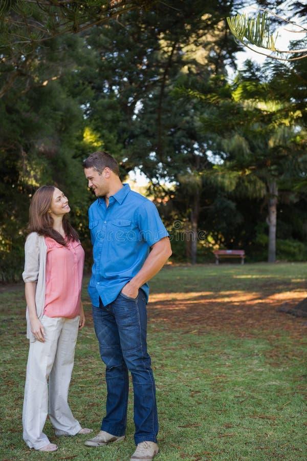 Lyckliga par som ser de i skuggan