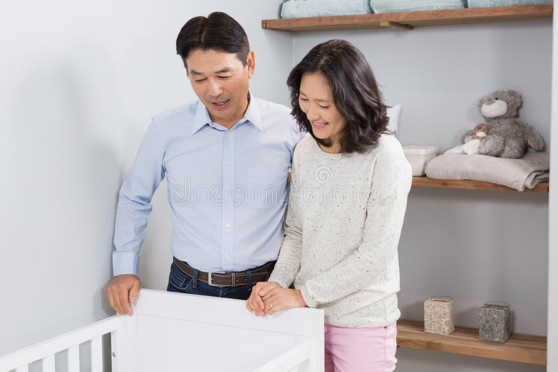 Lyckliga par som ser i lathund arkivbild