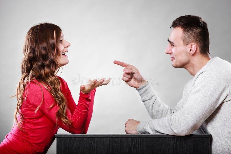 Lyckliga par som talar på datum konversation royaltyfria foton