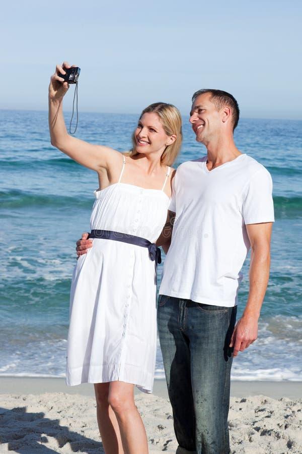 Lyckliga Par Som Tar Bilder Av Dem Arkivfoton