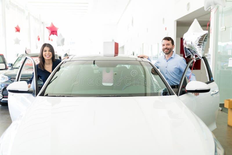 Lyckliga par som tar ett provdrev i ny bil royaltyfria bilder