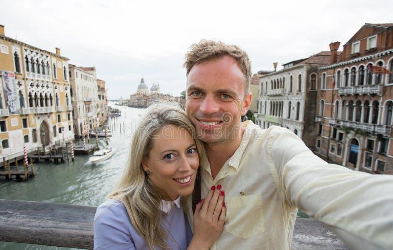 Lyckliga par som tar selfiefotoet royaltyfri foto