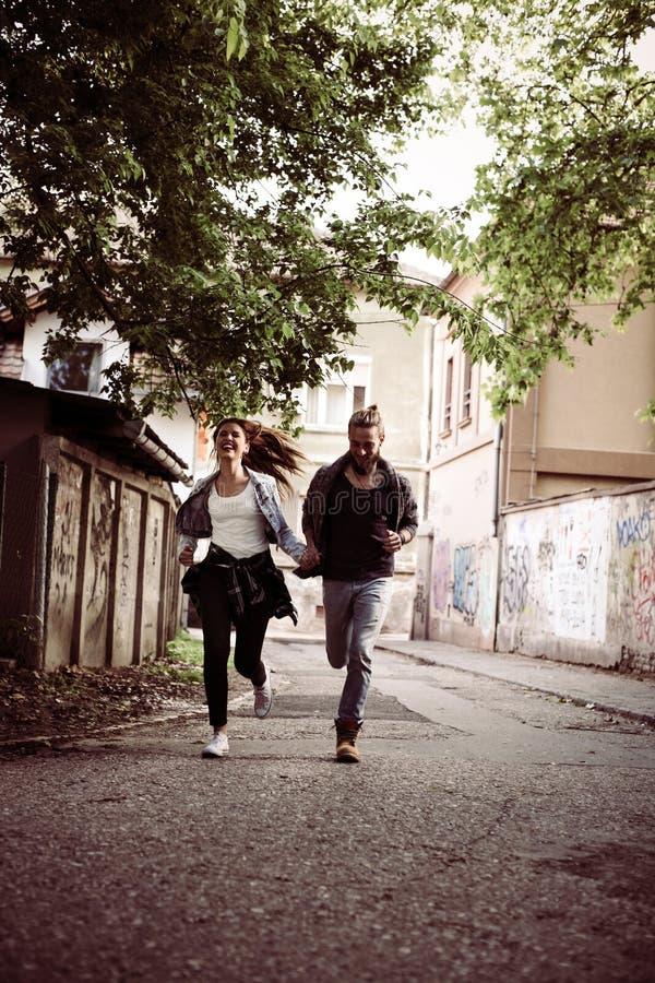 Lyckliga par som tillsammans kör hogatan royaltyfria foton