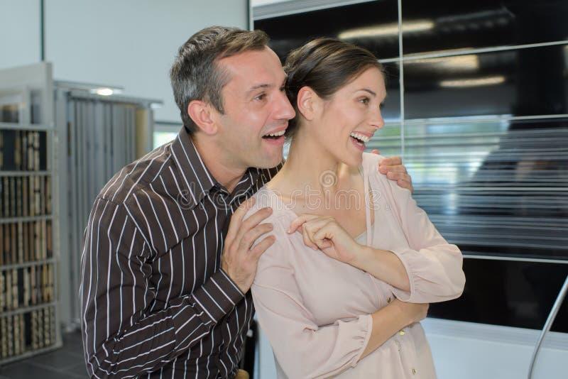 Lyckliga par som tillsammans kramar och skrattar royaltyfri foto