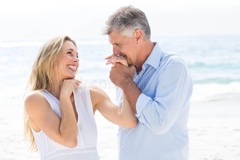 Lyckliga par som tillsammans skrattar royaltyfri bild