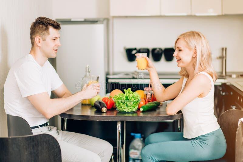 Lyckliga par som tillsammans ?ter frukosten hemma royaltyfria foton