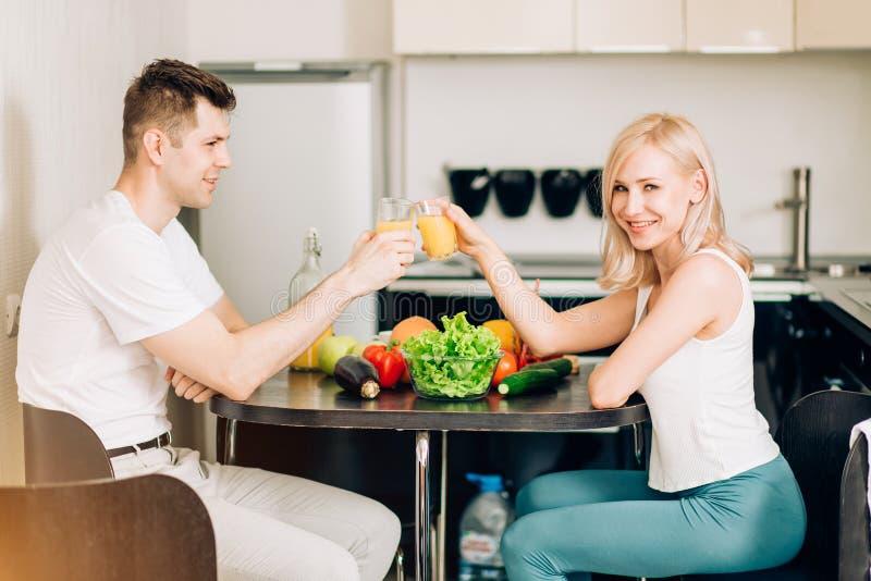 Lyckliga par som tillsammans ?ter frukosten hemma arkivbilder
