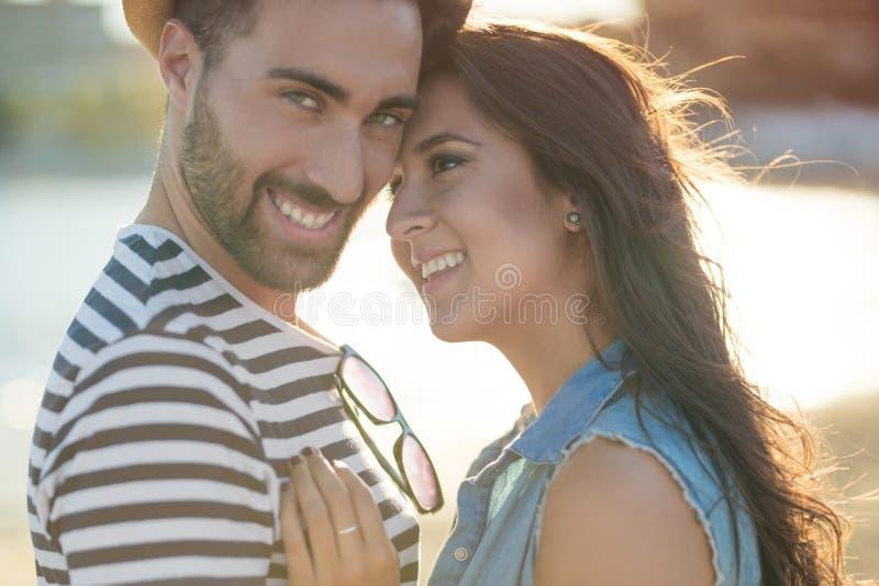 Lyckliga par som tillsammans utanför står arkivfoton