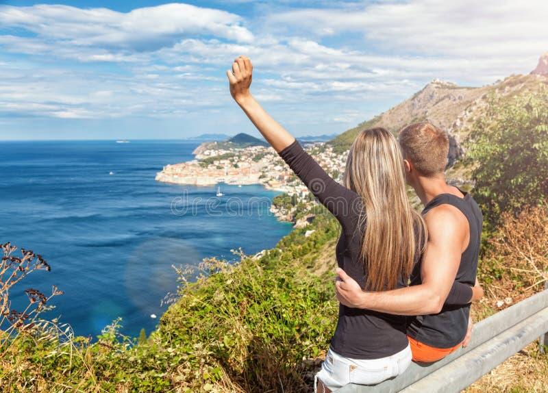 Lyckliga par som tycker om sikten av Dubrovnik på deras resor royaltyfria foton