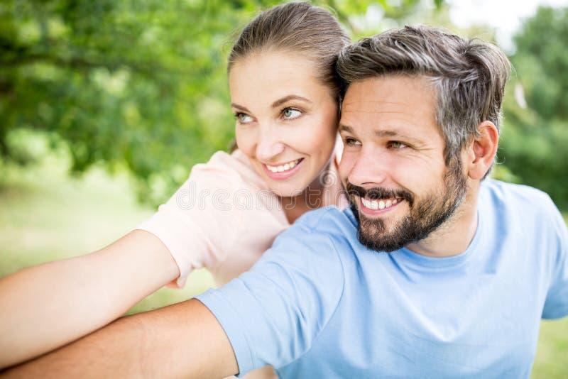 Lyckliga par tillsammans på parkera arkivbild
