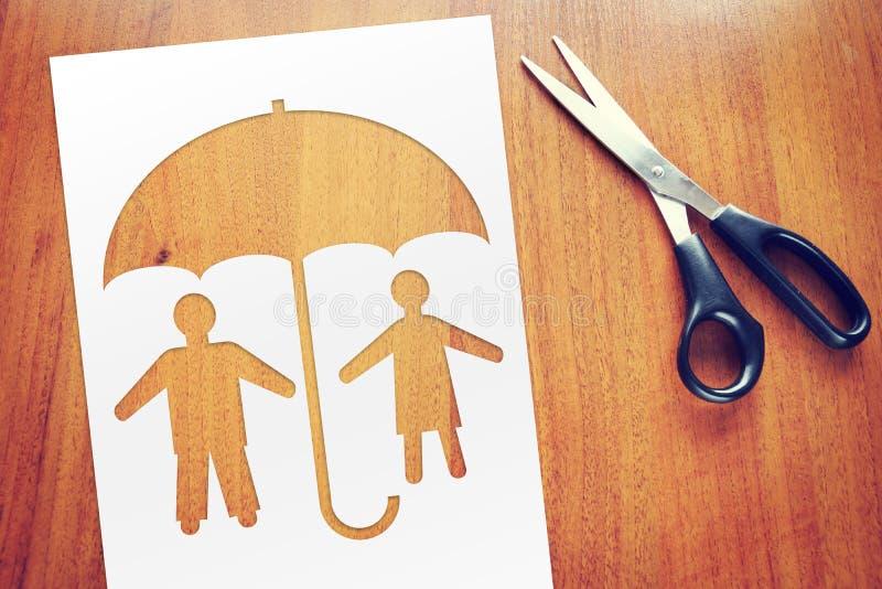 Lyckliga par under skydd Begrepp av försäkring och säkerhet royaltyfri bild