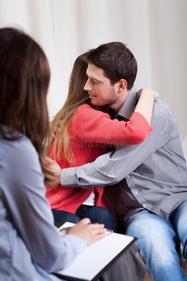 Lyckliga par under terapi fotografering för bildbyråer