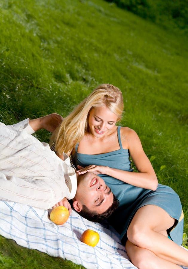 Download Lyckliga par utomhus arkivfoto. Bild av frukt, omfamning - 3536240