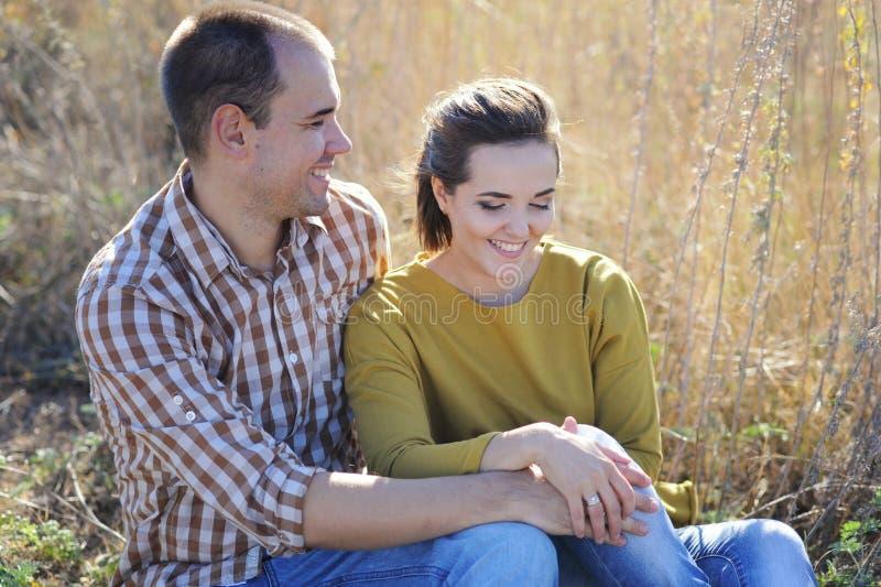 Lyckliga par vilar utomhus-, familj kopplar av, par har en tid tillsammans royaltyfri fotografi