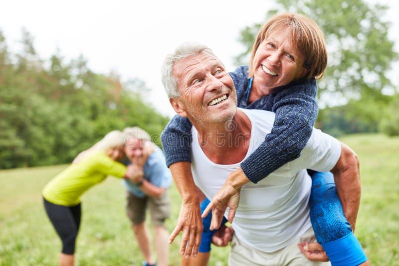 Lyckliga pensionärer har gyckel i natur royaltyfri fotografi