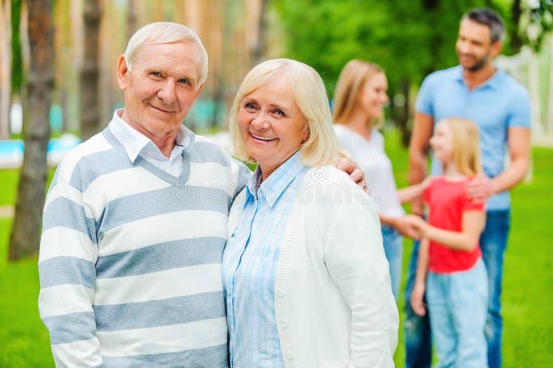 Lyckliga pensionärer med familjen fotografering för bildbyråer
