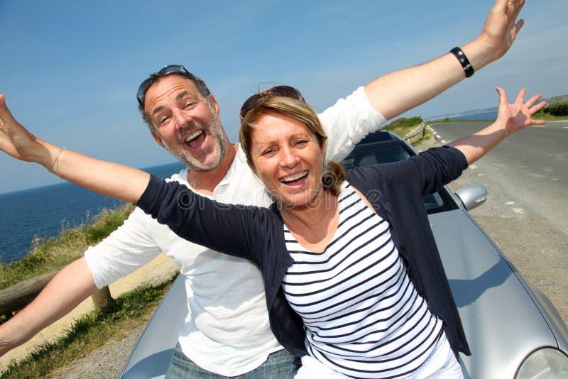 Lyckliga pensionärer som tycker om ferier royaltyfria bilder