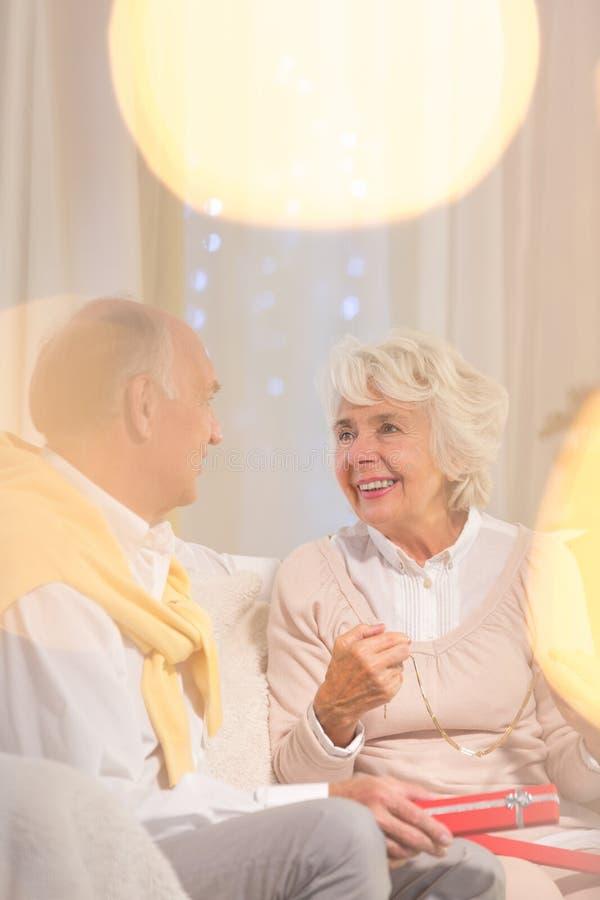 Lyckliga pensionärer under jul arkivbild
