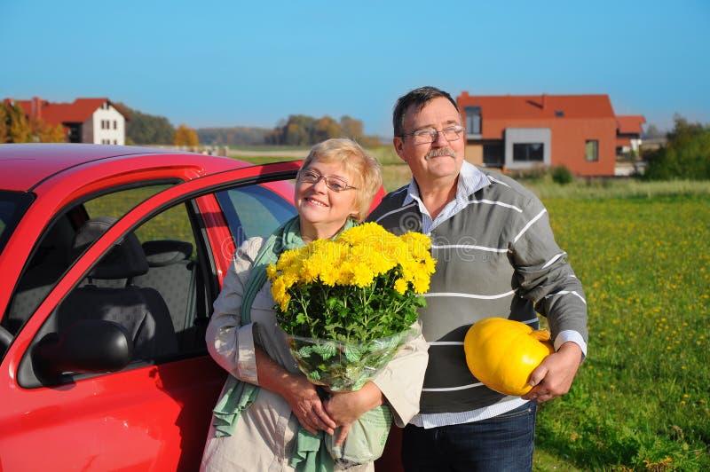 Lyckliga pensionärpar royaltyfri foto