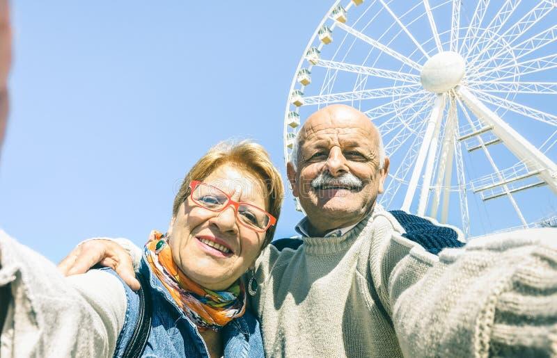 Lyckliga pensionerade höga par som tar selfie på vinterloppturen royaltyfria foton