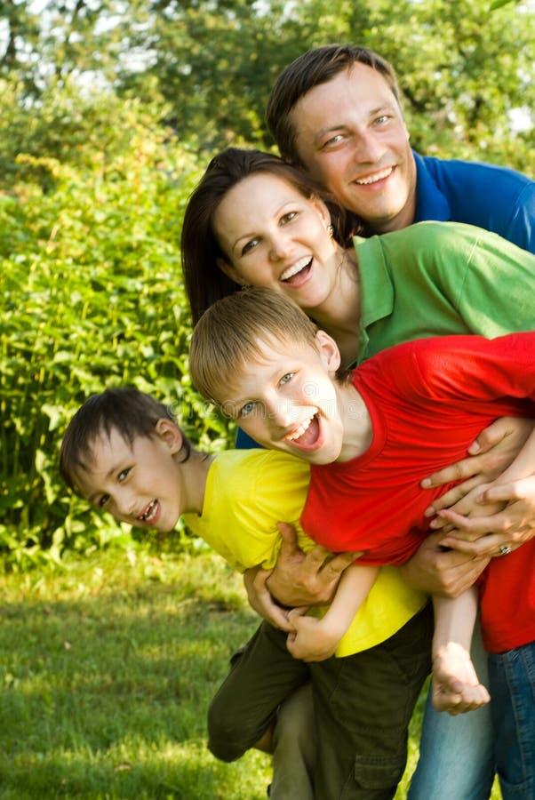 Lyckliga pojkar med familjen royaltyfri foto