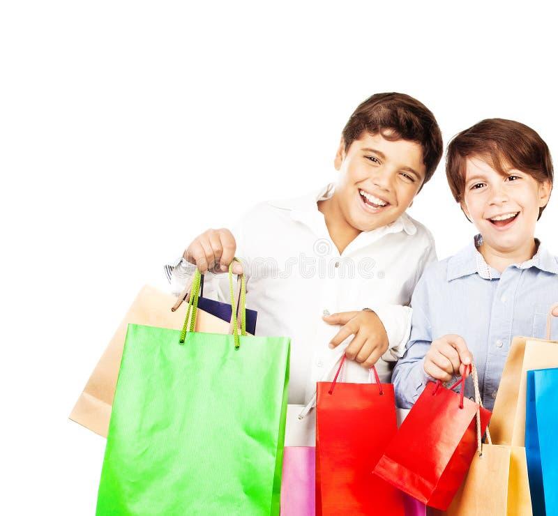 Lyckliga pojkar med gåvor arkivfoton