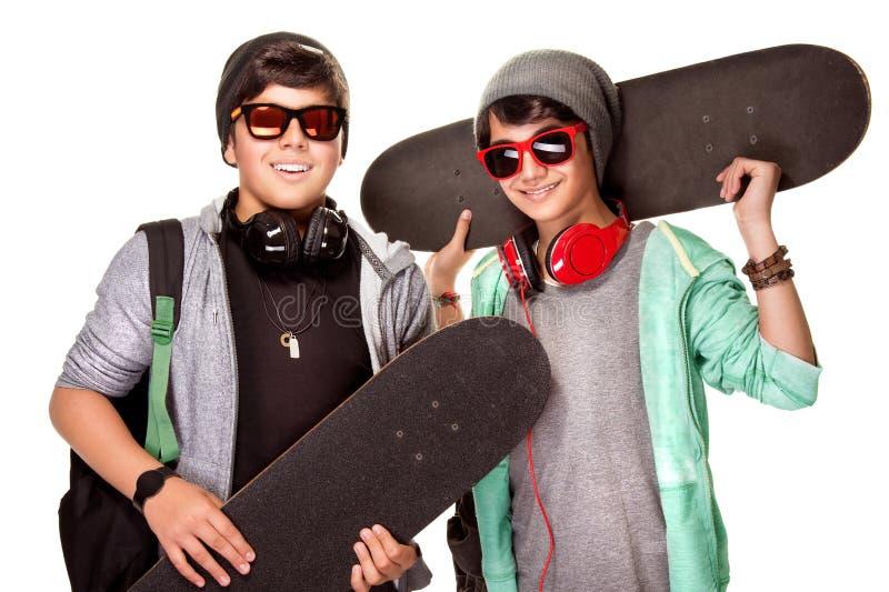 Lyckliga pojkar med skateboarder fotografering för bildbyråer