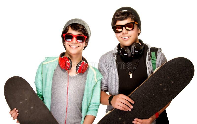 Lyckliga pojkar med skateboarder royaltyfria foton