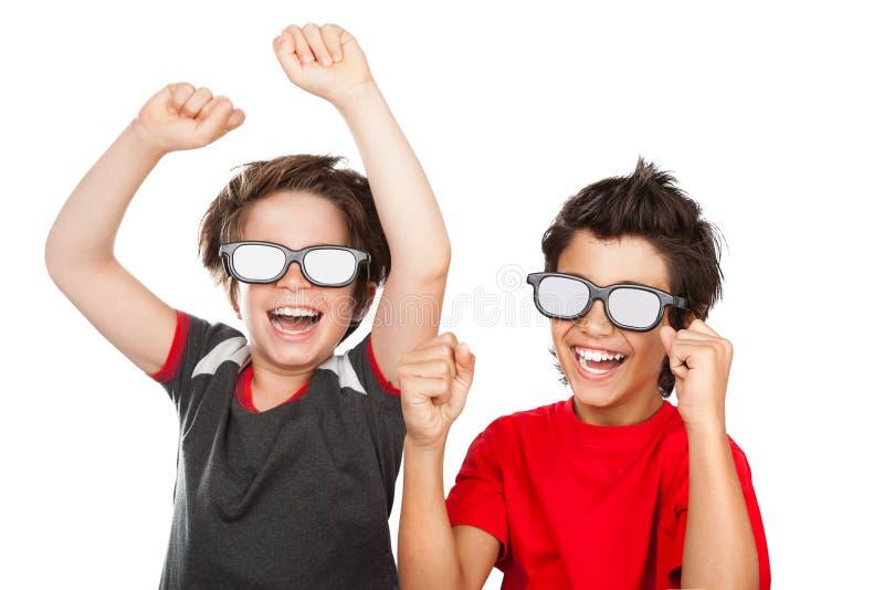 Lyckliga pojkar som håller ögonen på film fotografering för bildbyråer