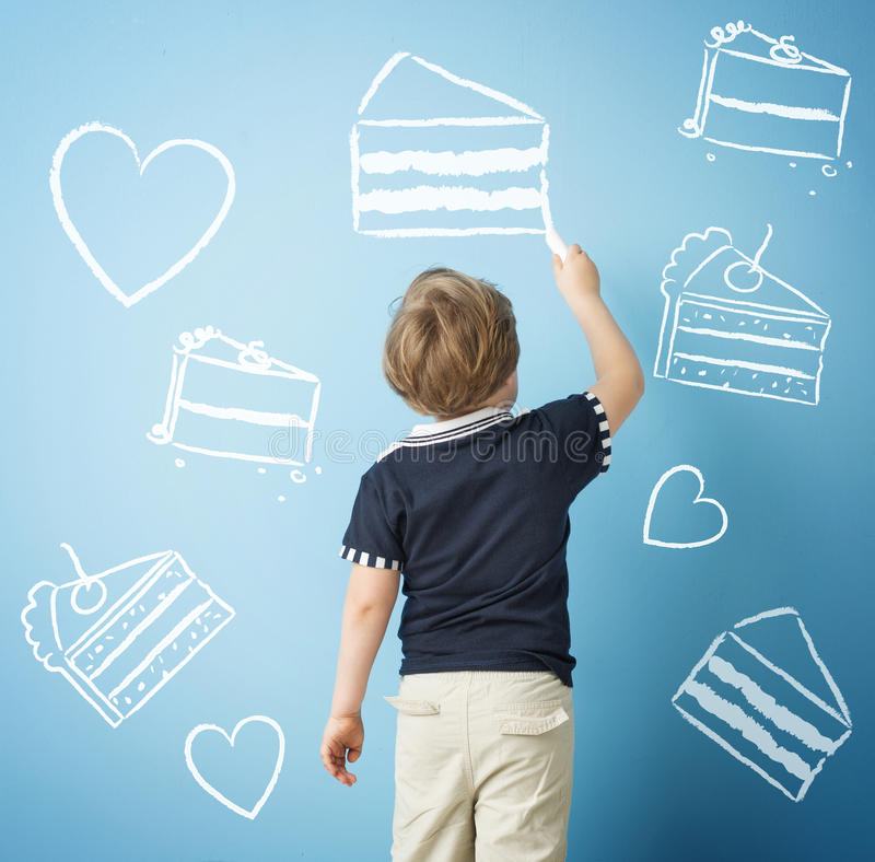 Lyckliga pojketeckningssötsaker med krita royaltyfri bild