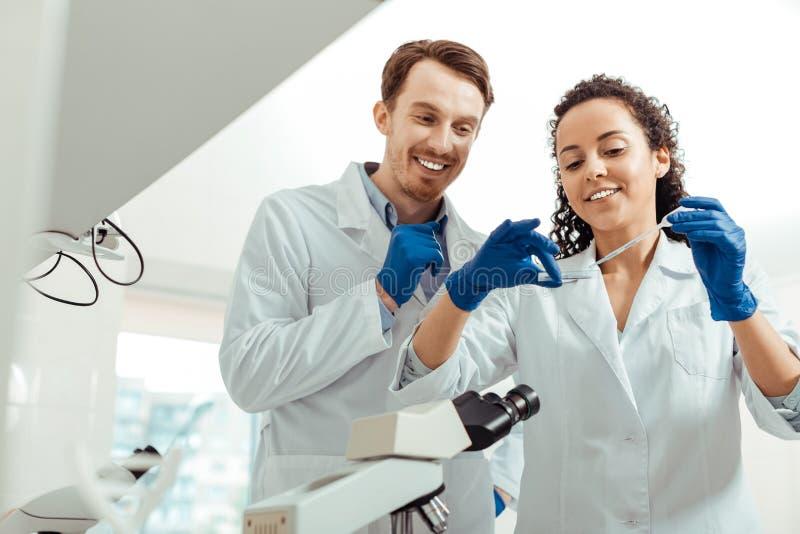 Lyckliga positiva biologer som för en lyckad forskning arkivfoto