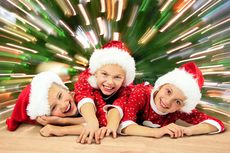 Lyckliga roliga barn för jul arkivfoto
