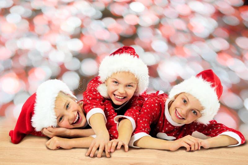 Lyckliga roliga barn för jul arkivbild