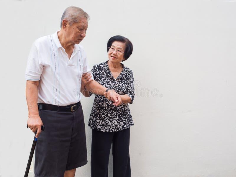 Lyckliga romantiska höga asiatiska par tar omsorg av de Hur har länge vart det Förälskelsen har aldrig ändrats royaltyfri bild