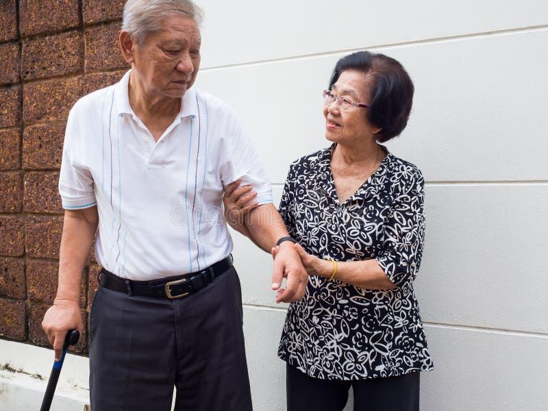 Lyckliga romantiska höga asiatiska par tar omsorg av de Hur har länge vart det Förälskelsen har aldrig ändrats royaltyfria foton