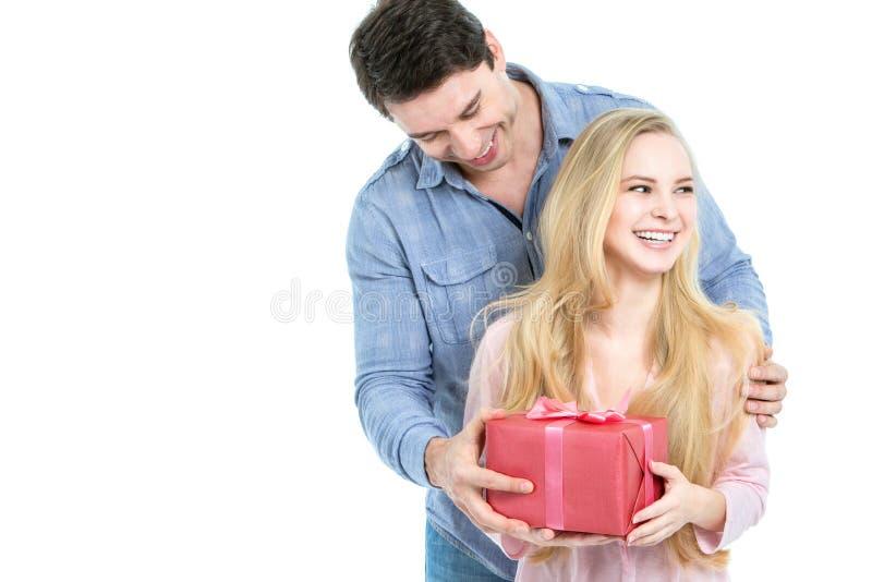 Lyckliga romantiska par med gåvan royaltyfri foto