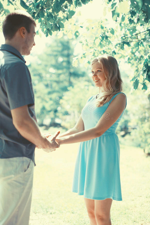 Lyckliga romantiska par som är förälskade på den varma soliga våren royaltyfria foton