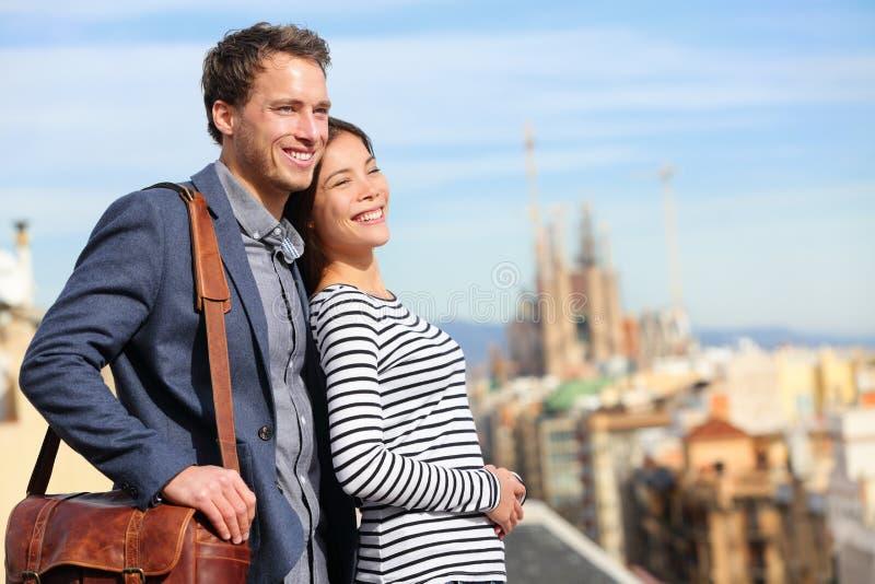 Lyckliga romantiska par som ser sikt av Barcelona royaltyfria bilder