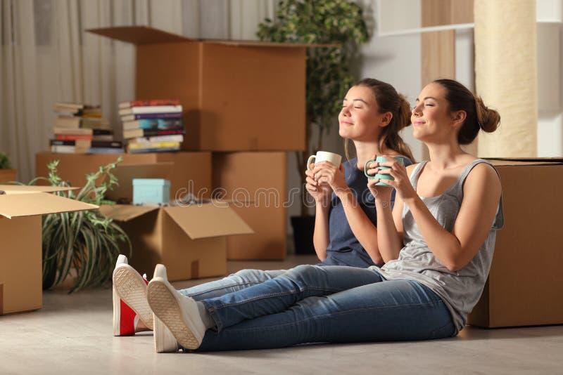 Lyckliga rumskamrater som flyttar hem att vila andas ny luft arkivfoto