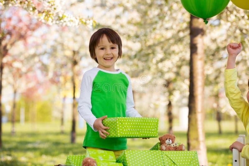 Lyckliga söta förskole- barn som firar den femte födelsedagen av cu arkivfoton