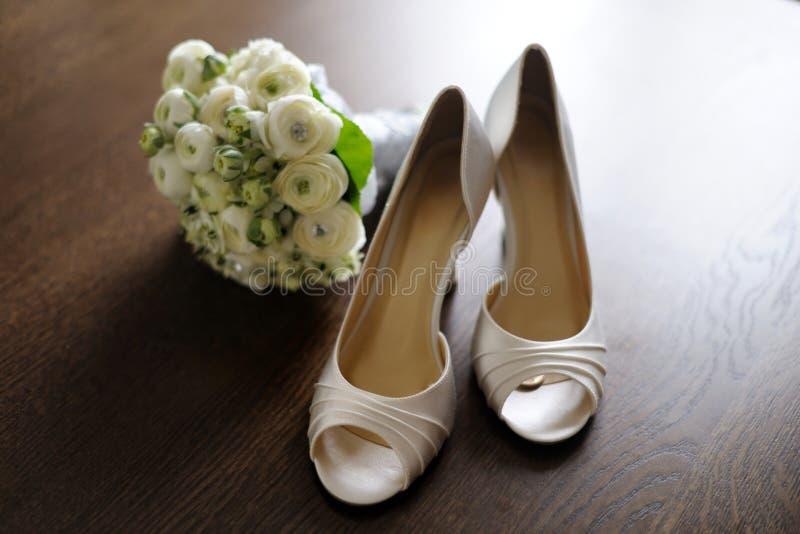 lyckliga s skor för brudmynt arkivfoton
