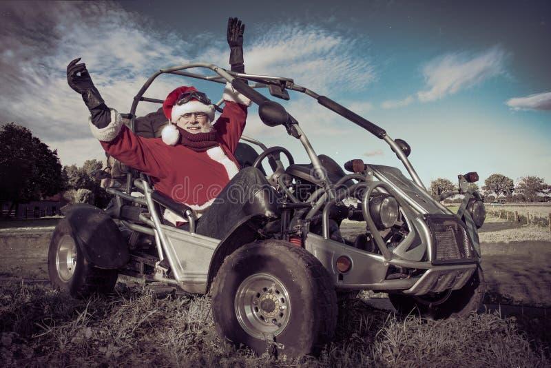 Lyckliga Santa Claus kör en barnvagn arkivbild