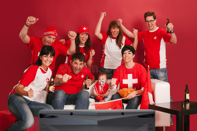 Lyckliga schweiziska sportfans royaltyfri bild