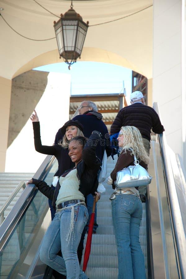 lyckliga shoppare arkivbild