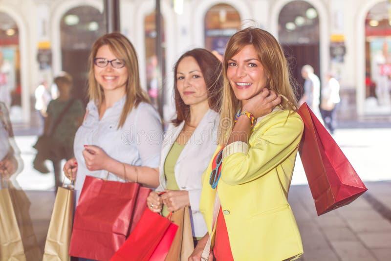 Lyckliga shoppingkvinnligvänner fotografering för bildbyråer