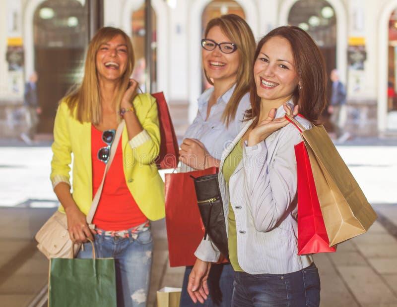 Lyckliga shoppingkvinnligvänner arkivbilder