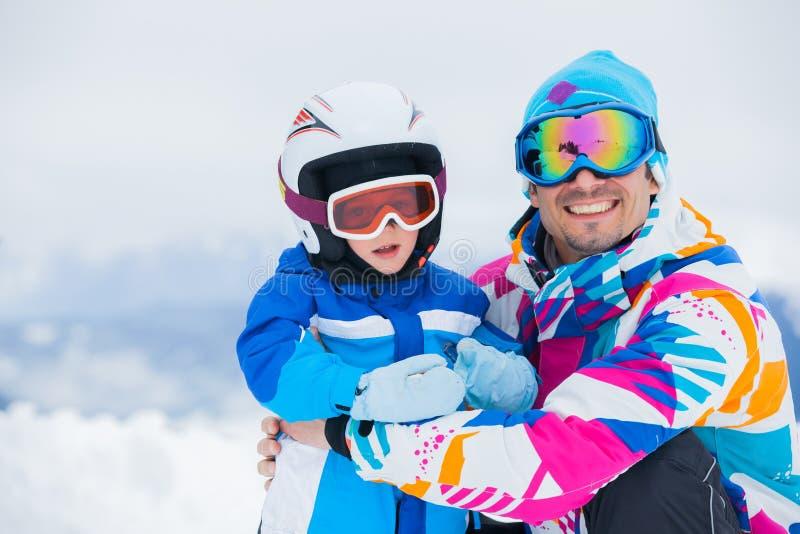 Lyckliga skiers arkivbild