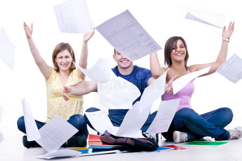 lyckliga skoladeltagare för slut arkivfoton