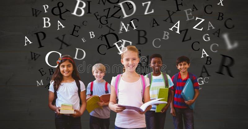 Lyckliga skolbarn som rymmer böcker medan flyga för bokstäver royaltyfri foto