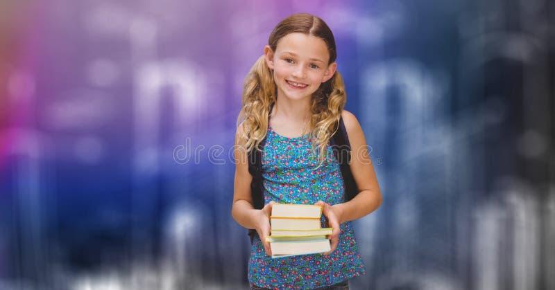 Lyckliga skolflickainnehavböcker över suddighetsbakgrund arkivfoton